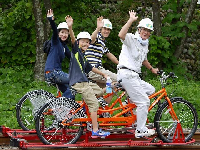 タンデム車(電動アクセル付き4人車両) レールマウンテンバイク Gattan Go!! - 自転車とレールで風になる、岐阜県飛騨市のロストライン・アクティビティ!から引用