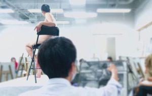 艺术家上课嬉笑女性「乳首」 女模控告大学