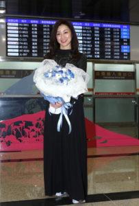 偶像始祖来了!酒井法子魅力抵台铁粉机场迎女神