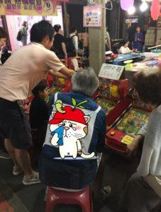 日本阿伯逛夜市穿着这件网友泪赞「好感动」