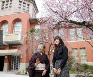 日本80岁奶奶考上同志社大学18岁孙女变同学
