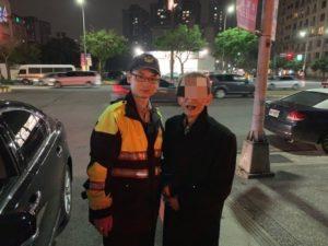 看不懂中文坐错公车员警用翻译软体助日籍老翁回家