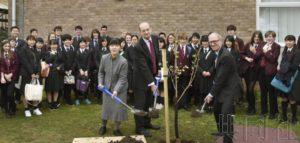 日本高中生在英国校园参与樱花植树活动