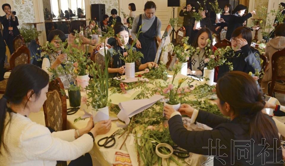 日中在国际妇女节前夕举办插花交流活动