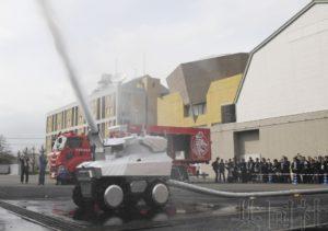 应对石化火灾的机器人消防队首次亮相