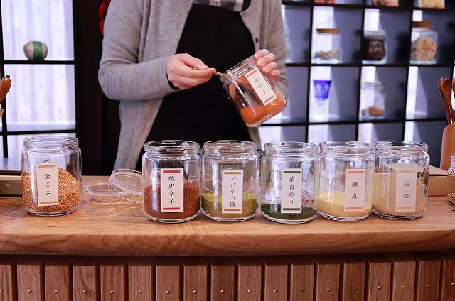 七味唐辛子用の7種類の材料を配合する 京山城屋HPから引用