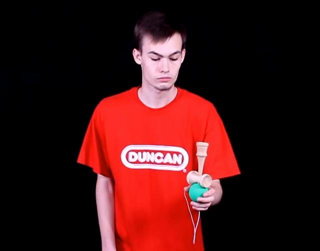 けん玉の技「一回転飛行機」 ~ YouTube「Duncan Kendama Tricks 17 One Turn Airplane」から引用