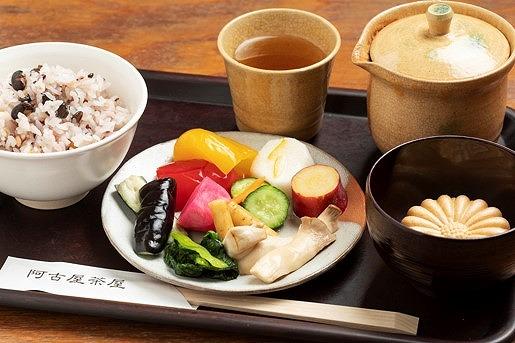 白飯・漬物・味噌汁・最中等食べ放題のお茶漬けバイキング【連載:アキラの着目】