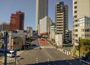 新宿富久町ビルが隣接する靖国通り