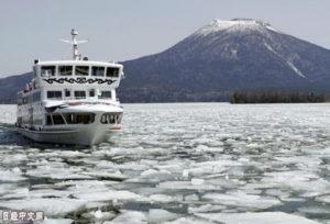 北海道阿寒湖上破冰忙