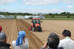 """人手不足怎么办?日本推广""""无人驾驶拖拉机""""普及智能农业"""