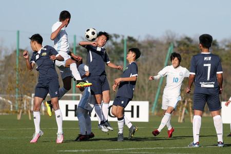获救泰国足球少年访日本福岛 与当地学生交流比赛