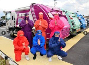 为迎接忍者节 三重县伊贺市环卫工人身穿彩色忍者服上街作业