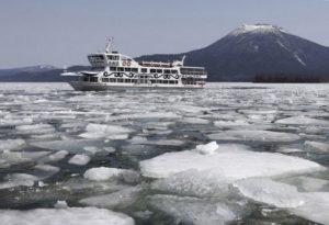 北海道阿寒湖水上游艇破冰打通航线迎春季