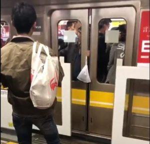 夹了又夹!日本老翁玩电车门网友直呼「快逮捕」