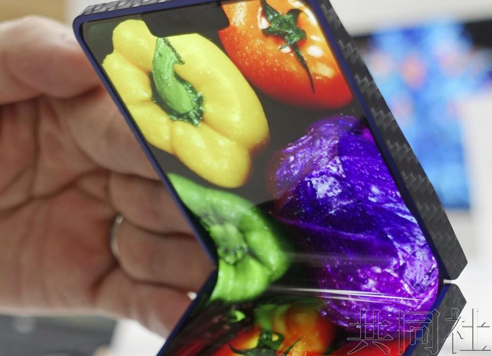 夏普展示日企首款折叠式手机 拟数年内商品化