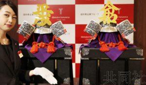 """田中贵金属展示""""平成""""与""""令和""""头盔 文字纯金打造"""