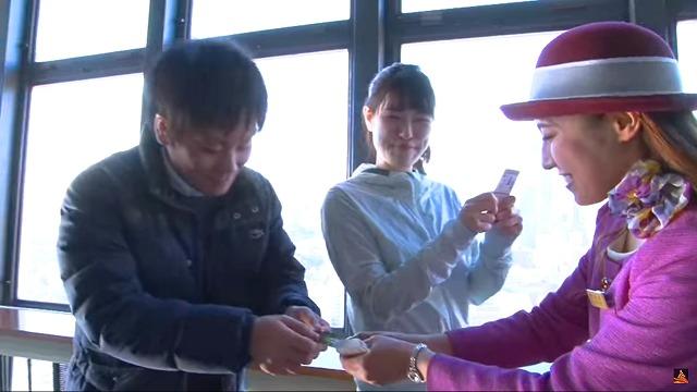 「ノッポン公認 昇り階段認定証」を進呈される、階段で昇り切った人 東京タワー公式YouTube「東京タワーを階段で昇ろう!」から引用