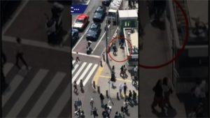 外国客涩谷街头玩无人机日本民众忧砸伤人