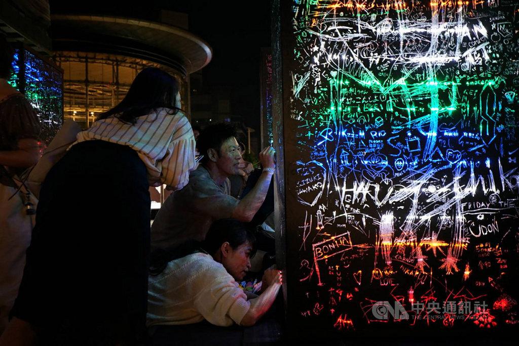 东京六本木艺术夜庄志维作品绽放彩虹光芒