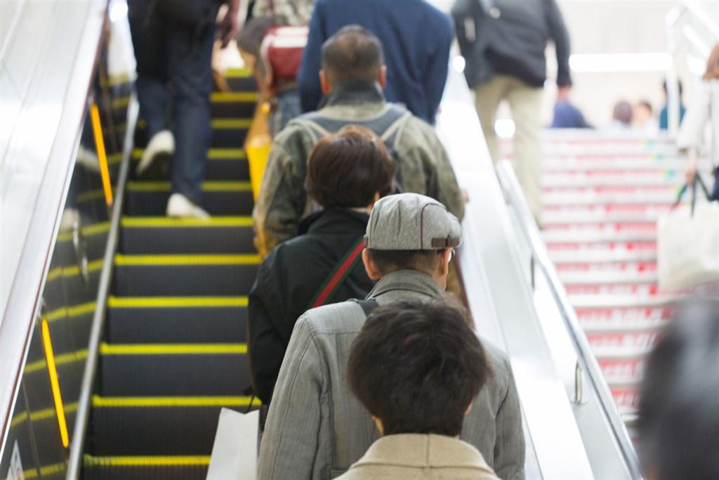日本人电扶梯站单边习惯改不掉学者揭原因