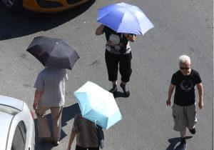 日本呼吁男性使用遮阳伞应对酷暑 打破遮阳伞女性专属的固有观念