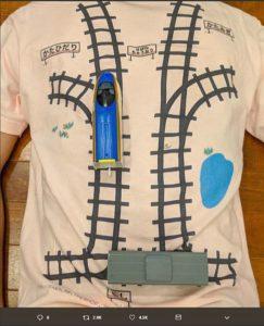 免费按摩?日本老爸在T恤背面印铁轨供孩子玩火车