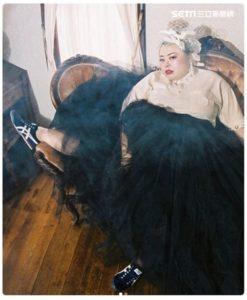 有一种美叫渡边直美!不搞笑改玩潮味球鞋纱裙混出个人风