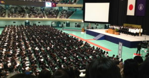 日本大学入学仪式学生集体穿黑西装 专家:没有个性
