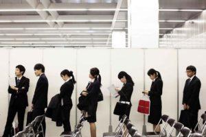 日本应届大学生就业率达97.6% 创历史次高
