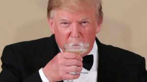 特朗普滴酒不沾他在日皇德仁面前有破戒吗?