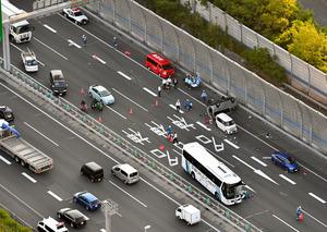 详讯:名神高速公路发生车祸导致2人重伤