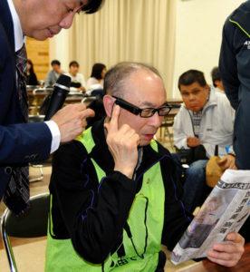日本推出一款视觉辅助仪器 利用AI技术可将文字转化为声音