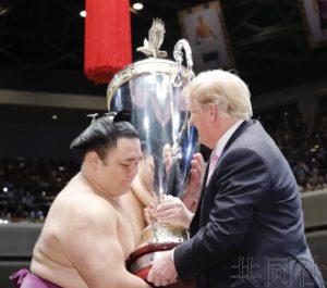 特朗普与安倍观看大相扑比赛 向冠军授予总统杯