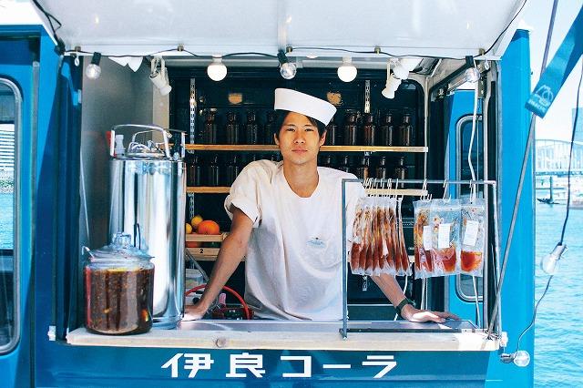伊東良太郎さんの遺したオリジナルレシピで手作りした「伊良コーラ」を販売する孫の「コーラ小林」さん 伊良コーラ公式HPから引用