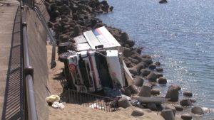 日大货车载逾9吨炮弹追撞前车翻落海岸边
