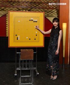 受邀日本NHK节目当「讲棋人」!围棋女神黑嘉嘉登热搜