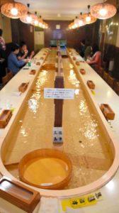 日本推出流水咖啡馆 饮食随流水送至顾客面前