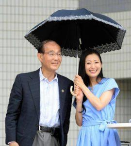 """日本""""阳伞男""""仅有14% 演员坛蜜呼吁男性使用遮阳伞"""