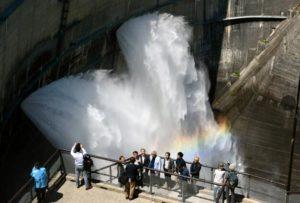 日本富山立山黑部水库开始放水迎客 将持续到10月15日