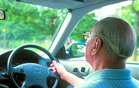老人开车肇事频传日本政府拟推银发专用驾照