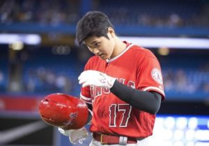 MLB/小朋友捡到大谷界外球贴心送给穿火腿球衣大人