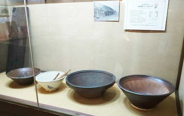 丁子屋店内に常設歴史資料館に陳列された昔の摺鉢