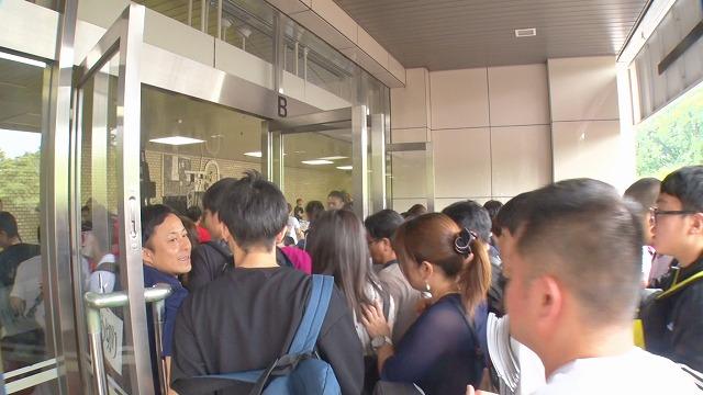 ドルフィンズアリーナ(愛知県体育館)の正面入口が開扉するや否や、なだれ込むように入場する観客