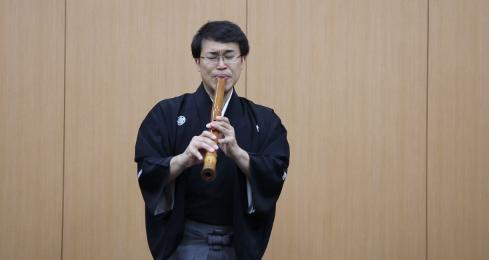 【视频】黑田铃尊演奏尺八传统乐曲《奥州薩慈》片段