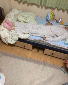 奶奶脚太冷!进孙子房间借「粉色保暖袜」 他一看尴尬了