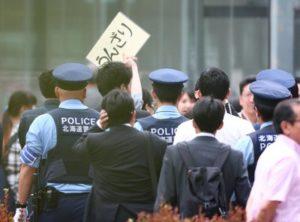 快讯:北海道警方驱散在安倍街头演说时起哄的听众