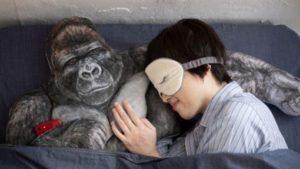 单身新伙伴!日本推「猩猩抱枕」拥你入睡给你男友般怀抱