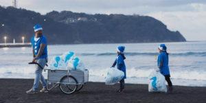 日本庆祝海洋节 志愿者前往海边捡拾塑料垃圾