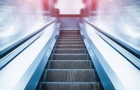 """在日本乘坐扶梯究竟是""""左行右立""""还是""""左立右行""""?"""